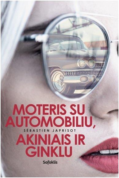 Moteris su automobiliu, akiniais ir ginklu
